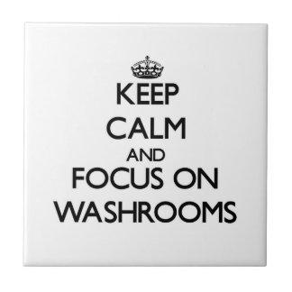 Mantenha a calma e o foco em banheiros azulejo