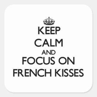 Mantenha a calma e o foco em beijos franceses adesivos quadrados
