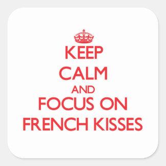 Mantenha a calma e o foco em beijos franceses adesivo quadrado