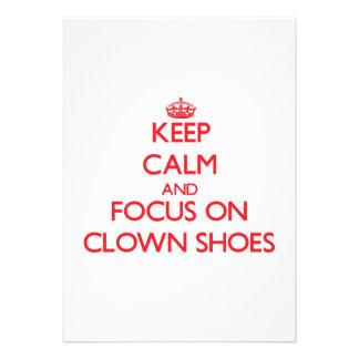 Mantenha a calma e o foco em calçados do palhaço