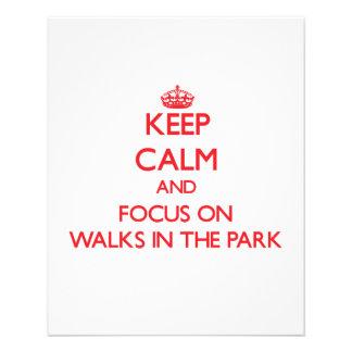 Mantenha a calma e o foco em caminhadas no parque modelo de panfletos