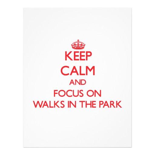 Mantenha a calma e o foco em caminhadas no parque modelos de panfleto