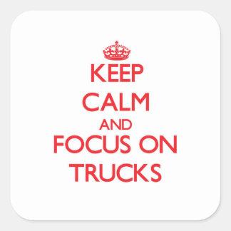 Mantenha a calma e o foco em caminhões adesivo quadrado