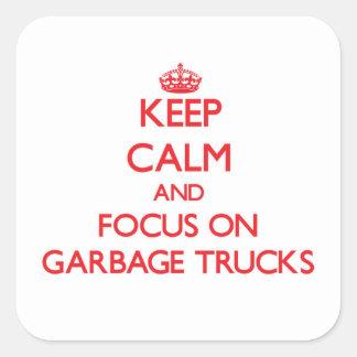 Mantenha a calma e o foco em caminhões de lixo adesivo quadrado