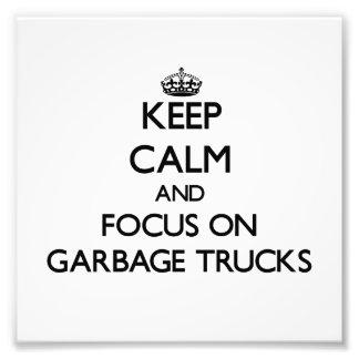 Mantenha a calma e o foco em caminhões de lixo fotografias