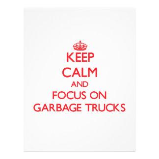 Mantenha a calma e o foco em caminhões de lixo modelos de panfleto
