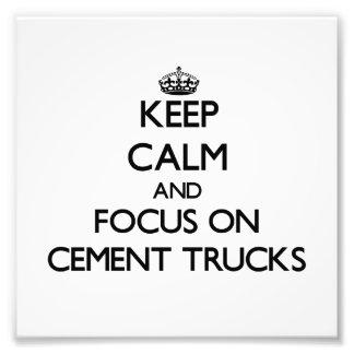 Mantenha a calma e o foco em caminhões do cimento impressão fotográficas