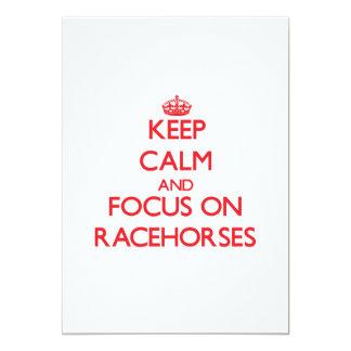 Mantenha a calma e o foco em cavalos de corrida convite 12.7 x 17.78cm