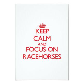 Mantenha a calma e o foco em cavalos de corrida convite 8.89 x 12.7cm