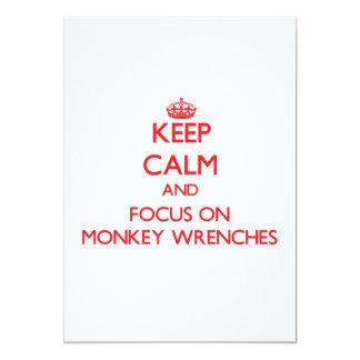 Mantenha a calma e o foco em chaves de macaco convite