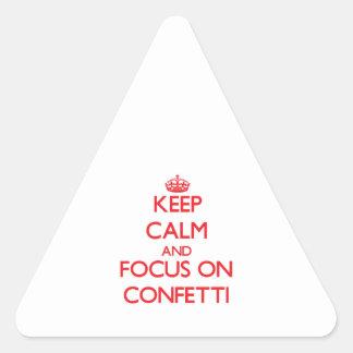 Mantenha a calma e o foco em confetes adesivo triângulo