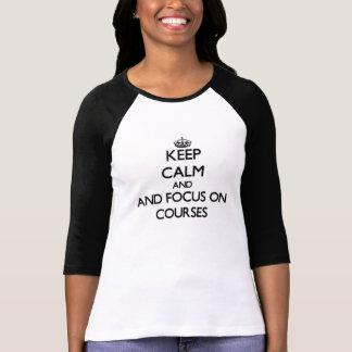 Mantenha a calma e o foco em cursos camisetas