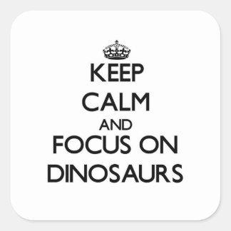 Mantenha a calma e o foco em dinossauros adesivo quadrado
