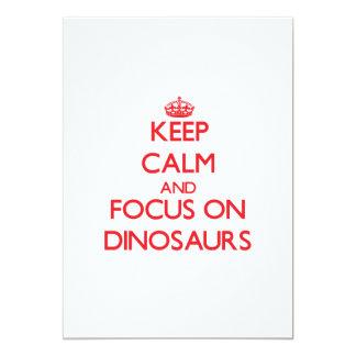 Mantenha a calma e o foco em dinossauros convites
