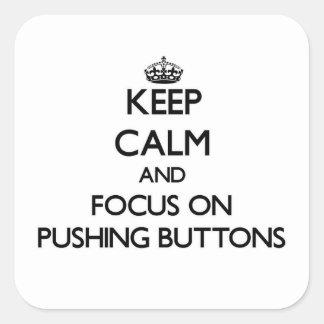Mantenha a calma e o foco em empurrar botões adesivo quadrado