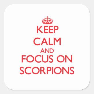 Mantenha a calma e o foco em escorpião adesivos quadrados