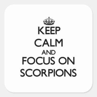 Mantenha a calma e o foco em escorpião adesivo em forma quadrada