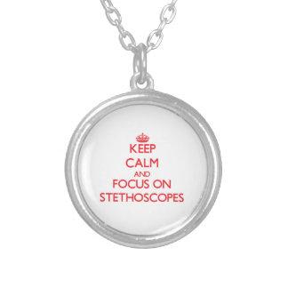 Mantenha a calma e o foco em estetoscópios colar personalizado