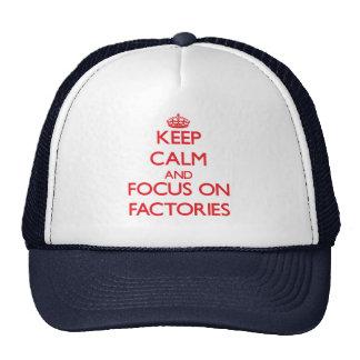 Mantenha a calma e o foco em fábricas boné
