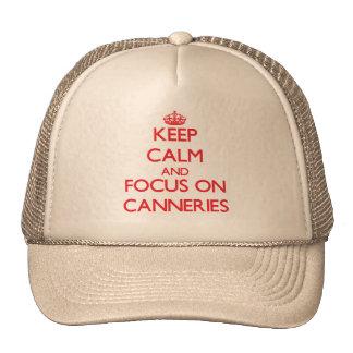 Mantenha a calma e o foco em fábricas de conservas boné