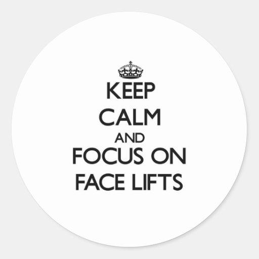Mantenha a calma e o foco em faces lift adesivo em formato redondo