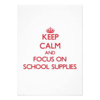 Mantenha a calma e o foco em fontes de escola convite