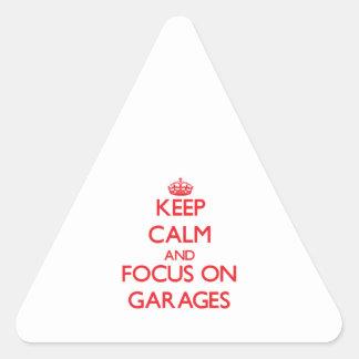 Mantenha a calma e o foco em garagens adesivo em forma de triângulo