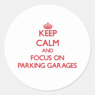 Mantenha a calma e o foco em garagens de adesivo redondo