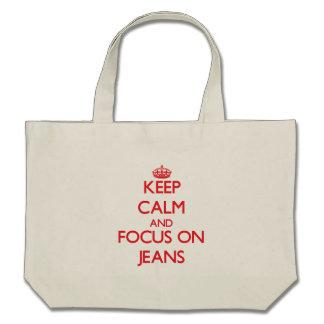 Mantenha a calma e o foco em jeans bolsa