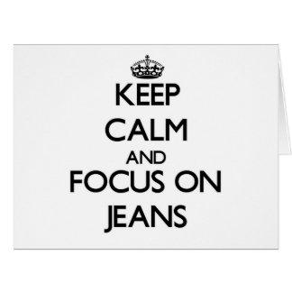 Mantenha a calma e o foco em jeans cartão
