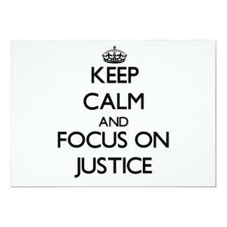 Mantenha a calma e o foco em justiça convites personalizados