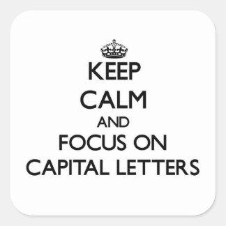 Mantenha a calma e o foco em letras principais adesivo quadrado