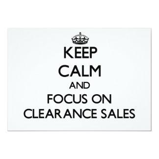 Mantenha a calma e o foco em liquidações totais convite 12.7 x 17.78cm