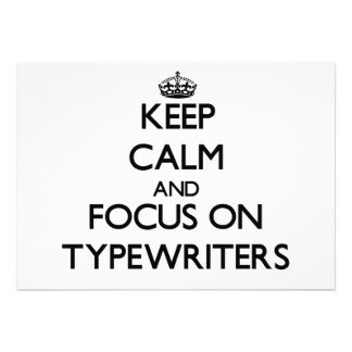 Mantenha a calma e o foco em máquinas de escrever convites personalizado