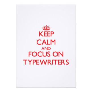 Mantenha a calma e o foco em máquinas de escrever convite