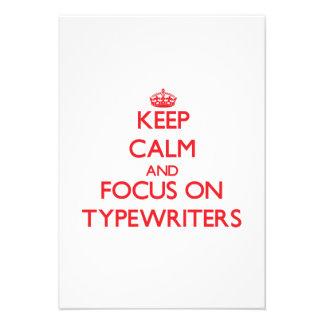 Mantenha a calma e o foco em máquinas de escrever convite personalizado