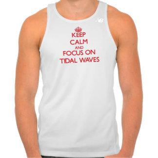 Mantenha a calma e o foco em maremotos camiseta