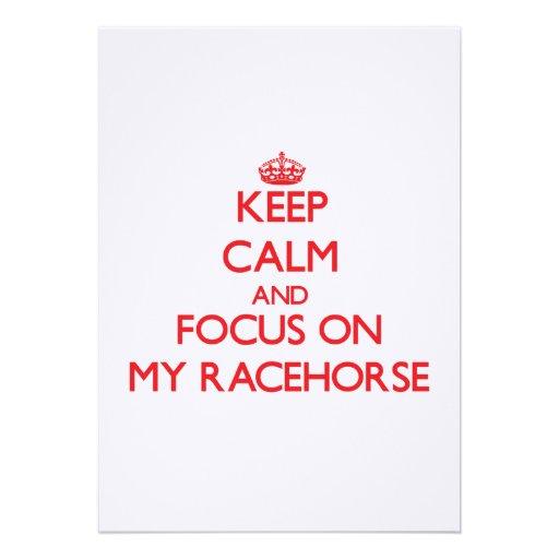 Mantenha a calma e o foco em meu cavalo de corrida convite personalizado