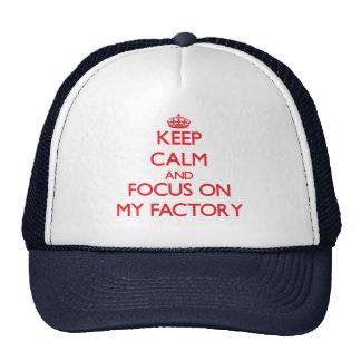Mantenha a calma e o foco em minha fábrica boné