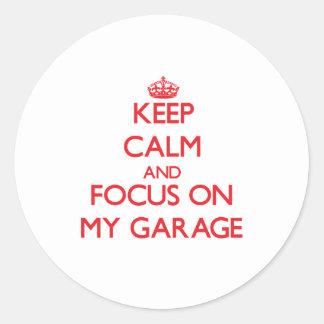 Mantenha a calma e o foco em minha garagem adesivos em formato redondos