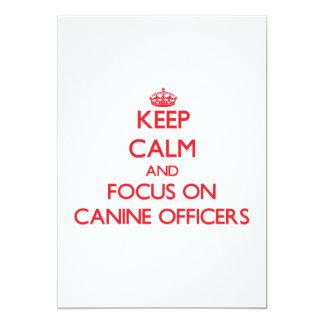 Mantenha a calma e o foco em oficiais caninos convite 12.7 x 17.78cm