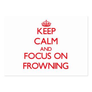 Mantenha a calma e o foco em olhar de sobrancelhas cartões de visitas