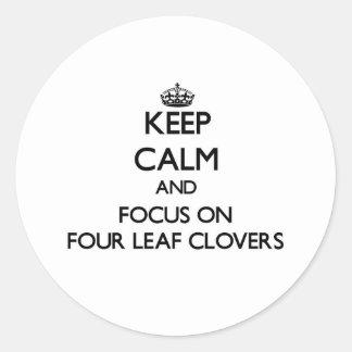 Mantenha a calma e o foco em quatro trevos da adesivo