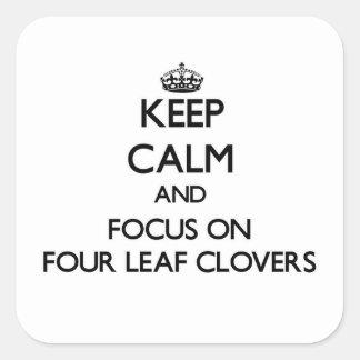 Mantenha a calma e o foco em quatro trevos da folh