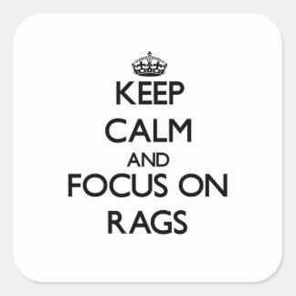 Mantenha a calma e o foco em Rags Adesivo Em Forma Quadrada