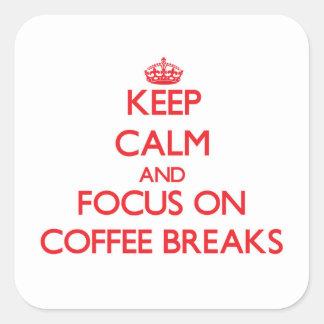 Mantenha a calma e o foco em rupturas de café adesivos quadrados