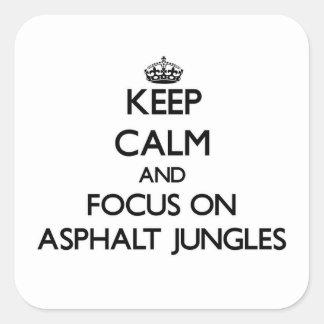 Mantenha a calma e o foco em selvas do asfalto adesivo quadrado