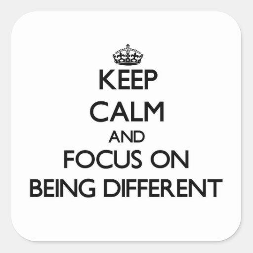 Mantenha a calma e o foco em ser diferente adesivo em forma quadrada