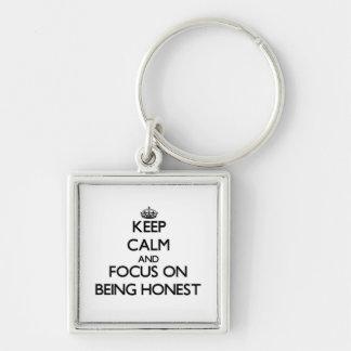 Mantenha a calma e o foco em ser honesto chaveiros