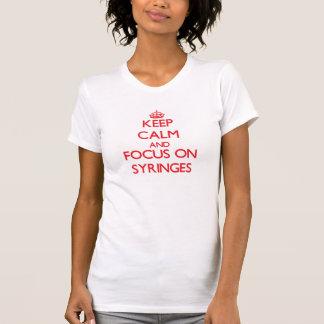 Mantenha a calma e o foco em seringas camisetas
